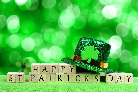 해피 세인트 Patricks 하루 나무 블록 레프 러 콘 요정 모자와 기네스 반짝 녹색 배경 위에