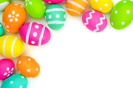 huevo: Huevo de Pascua colorido borde superior de esquina contra un fondo blanco