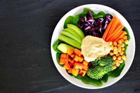 batata: tazón de alimento sano con los súper alimentos frescos y verduras mixtas, Vista desde arriba en la pizarra oscura