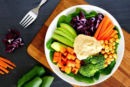 ヘルシーなランチ ボウル スーパー食品と新鮮な野菜、スレート上でオーバーヘッドのシーン