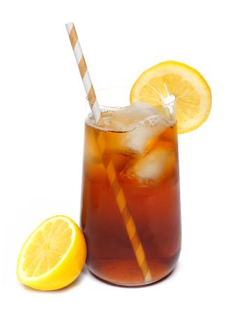 té helado: Vaso de té helado de té con limón y paja aislado en un fondo blanco