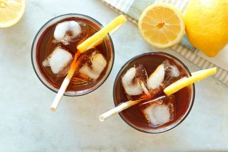 两杯柠檬冰茶,俯瞰白色大理石背景