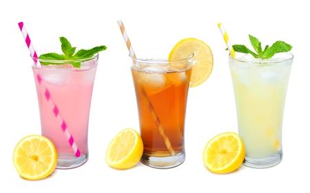 Drie glazen van de zomer limonade, ijsthee, en roze limonade dranken met stro geïsoleerd op een witte achtergrond Stockfoto - 59407588