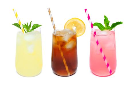 夏のレモネード、アイスティーのグラスの丸みを帯びた 3 茶、および白い背景で隔離のストローとピンク レモネード飲料
