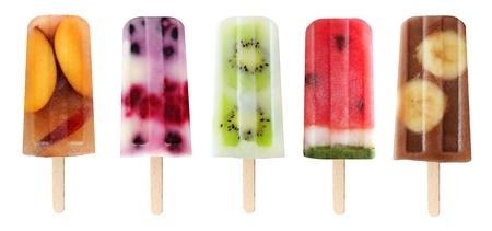 paletas de hielo: Cinco helados de frutas variadas aisladas sobre un fondo blanco Foto de archivo