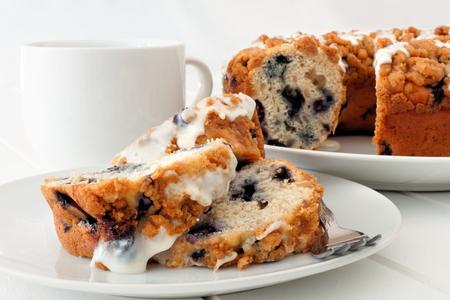 하얀 접시에 커피 케이크의 조각, 테이블 장면을 닫습니다.