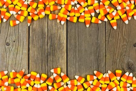 golosinas: Pastillas de caramelo borde doble contra un fondo de madera rústica Foto de archivo