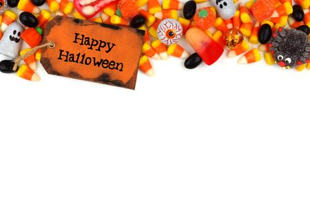 treats: Happy Halloween etiqueta con borde superior de caramelo sobre un fondo blanco Foto de archivo
