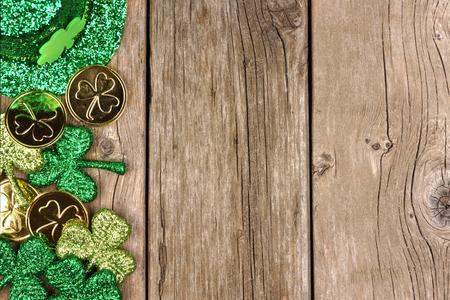 소박한 나무 위에 shamrocks (금화)와 leprechaun 모자의 St Patricks 날 쪽 테두리