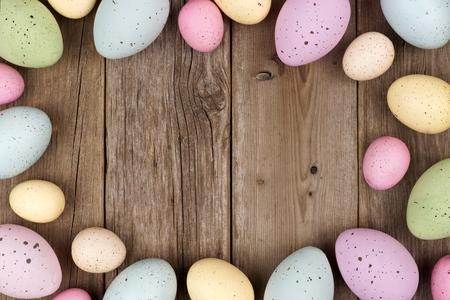 madera rústica: Pastel marco de huevos de Pascua manchado sobre un fondo de madera rústica