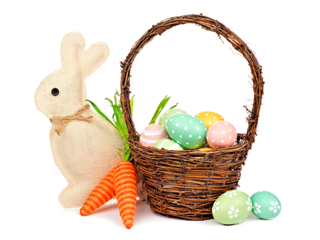 huevo blanco: Easter decor isolated on a white background: egg fill basket, rustic burlap bunny and twine carrots