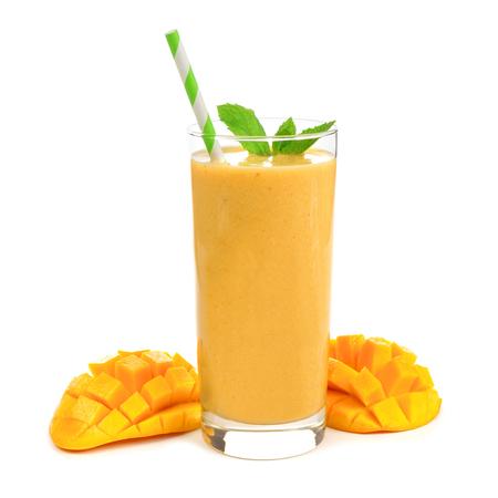 Gezonde die mango smoothie in een glas met munt en stro op wit wordt geïsoleerd Stockfoto - 77066586