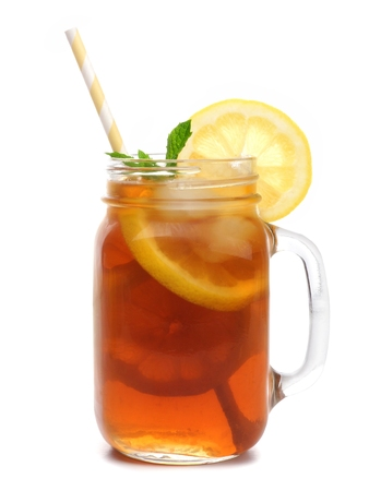 Mason vaso di vetro di tè ghiacciato con paglia isolato su uno sfondo bianco