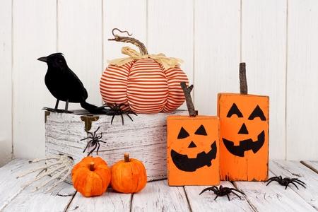 Decoración rústica shabby chic de Halloween contra un fondo de madera blanca Foto de archivo - 86038617