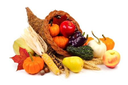 Cornucopia di ringraziamento riempito con frutta e verdura isolato su uno sfondo bianco