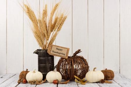 Gelukkige Thanksgiving tag, pompoenen en herfst huis decor met een witte houten achtergrond Stockfoto