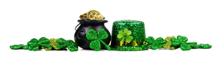 St Patricks Day Pot of Gold, shamrocks and leprechaun hat. Long border over a white background. Foto de archivo