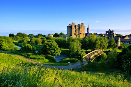 Historisches Trim Castle mit Fußgängerbrücke. Spätes Tageslicht, County Meath, Irland