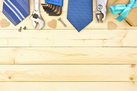 Bordo superiore di regali, cravatte e decorazioni per la festa del papà su uno sfondo di legno naturale