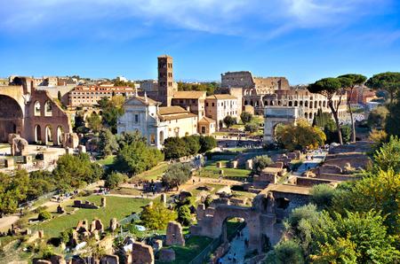 Vistas del antiguo Foro Romano hacia el Coliseo desde el Monte Palatino, Roma, Italia