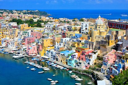 Belle ville insulaire en Italie.