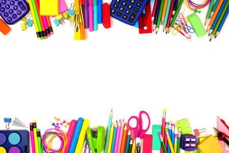 Forniture scolastiche doppio bordo, vista dall'alto isolata su uno sfondo bianco con spazio copia, concetto di ritorno a scuola school