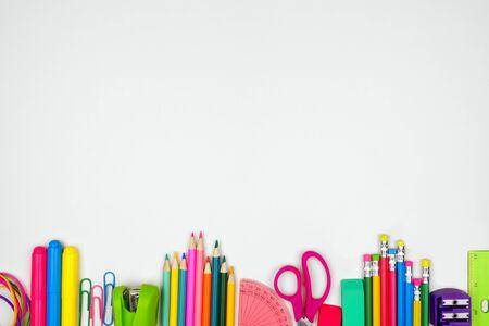 Schulbedarf unterer Rand, Draufsicht auf weißem Hintergrund mit Kopierraum, zurück zum Schulkonzept