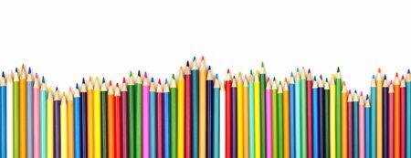 Bordo ondulato lungo a matita colorata, vista dall'alto isolata su uno sfondo bianco con spazio di copia, concetto di ritorno a scuola school