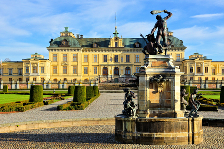 Drottningholm Palace with fountain in its picturesque gardens, Stockholm, Sweden 報道画像