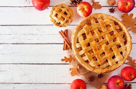 Torta di mele autunnale fatta in casa, bordo d'angolo vista dall'alto su uno sfondo di legno bianco Archivio Fotografico