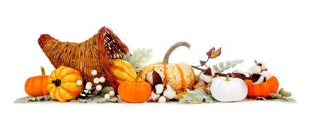 Cornucopia del Ringraziamento piena di verdure autunnali, zucche e decorazioni autunnali isolate su bianco