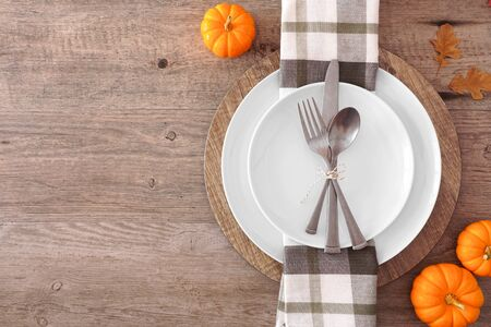 Thanksgiving or fall harvest table setting, top view, side border against a wood background Zdjęcie Seryjne