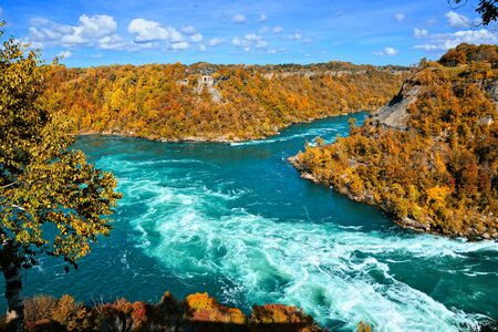 Whirlpool rapids of the Niagara River during autumn with vibrant fall colors 免版税图像