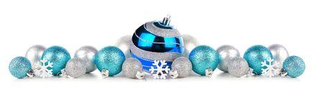 Bordo natalizio di ornamenti blu e argento, vista laterale isolata su bianco