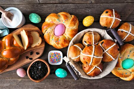 Easter table scene with a selection of fresh breads, top view over a dark wood background Foto de archivo - 140649073
