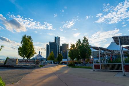Detroit, Mi - September 7, 2019:  Millikan state park and riverwalk leading up to downtown detroit Редакционное