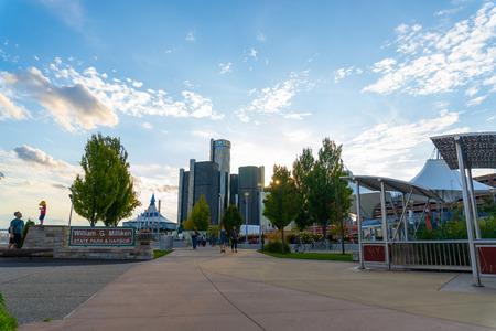 Detroit, Mi - September 7, 2019:  People enjoying the recent instillation of the Millikan state park and riverwalk leading up to downtown detroit Редакционное