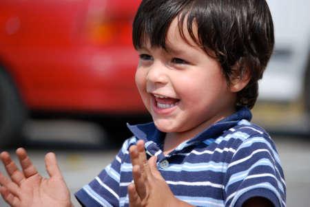 nios hispanos: Feliz adorable ni�o