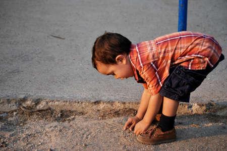 굽힘: Cute boy bending over, curiosity