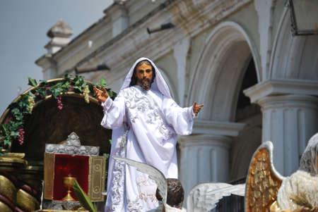 procession: El Jes�s resucitado en una procesi�n el Domingo de Pascua