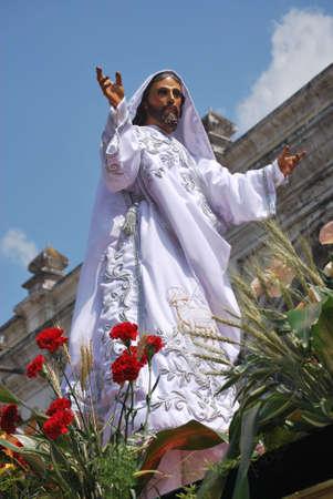 procession: El Jes�s resucitado en una procesi�n el d�a de Pascua en Antigua Guatemala Foto de archivo