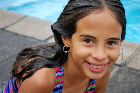 수영장에서 웃 고 아름 다운 아가씨
