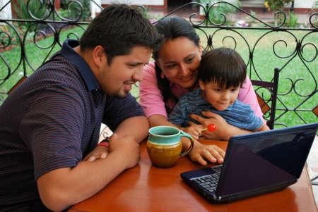 그들의 유아와 컴퓨터에 젊은 부부
