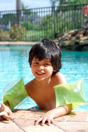 hispanic boy: Ni�o hispano en la piscina