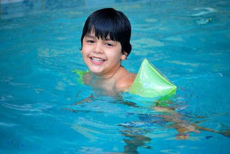 hispanic boy: Ni�o hispano nadando en una piscina