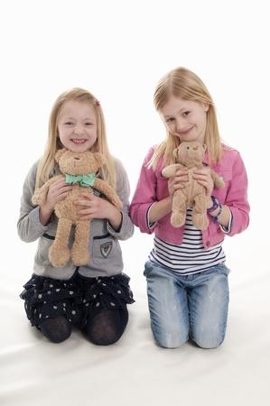 teddy bears: rubias bonitas que sostienen sus osos de peluche, aislado en fondo blanco