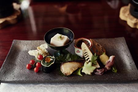 Eine Auswahl an Tofu, Gemüse und Meeresfrüchten in Kyoto, Japan. Ein Teil eines traditionellen siebengängigen Kaiseki-Menüs.