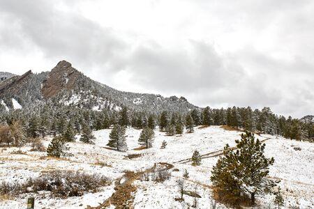 Una tormenta de nieve primaveral cubre la cordillera, el valle y las Flatirons del Parque Chautauqua, en Boulder, Colorado.