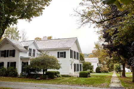 Dorset, Vermont - 1 de octubre de 2019: Hermoso barrio histórico en un frío día de otoño en la ciudad de Dorset, Nueva Inglaterra.