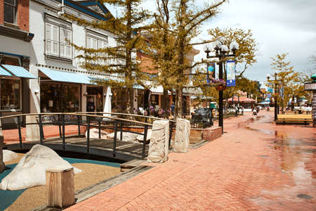 Boulder, Colorado - May 27th, 2020:  Children's play area featuring climbing boulders and pedestrian bridge at Pearl Street Mall. 新闻类图片